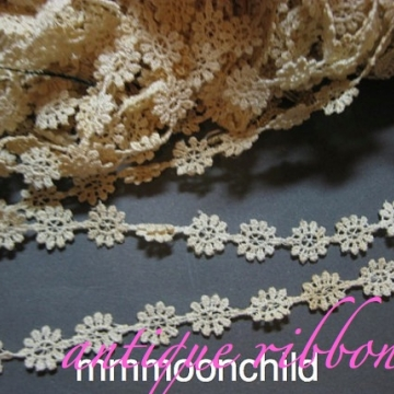 Antique lace trim dyeable cotton flowers early 20C 1/2 in